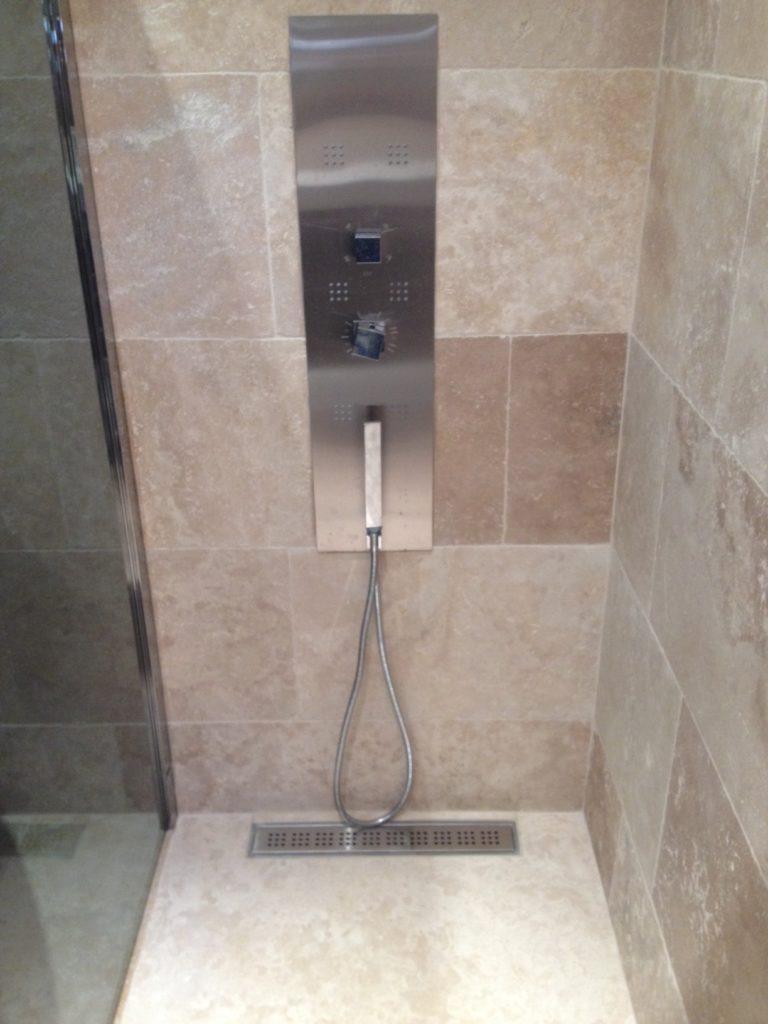 receveur de douche sur mesure en travertin